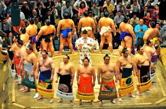 Rikishi de distintas categorías entrando al dohyo