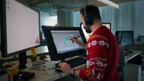 Javier García trabajando en un modelo tridimensional en las oficinas de Capcom Vancouver.