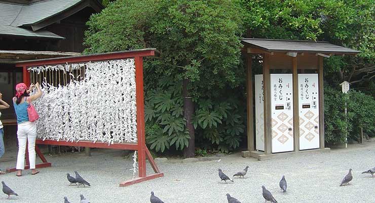 Máquinas expendedoras de Omikuji en el santuario Tsurugaoka Hachiman-gū de Kamakura