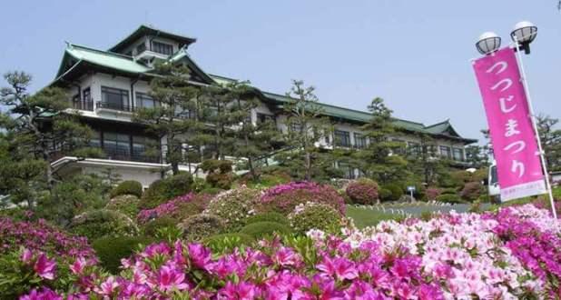 Hotel japonés rodeado de jardines