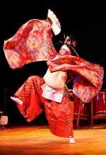 El artista Akira Katogi ejecutando una danza