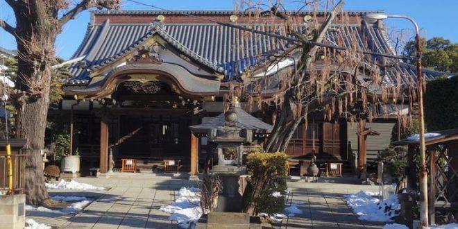 El templo budista y sintoísta a la vez, donde se ofrece budismo y sintoismo al uninoso