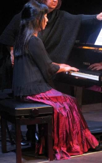 Kayoko Morimoto tocando el piano, en una de sus muchas intervenciones.