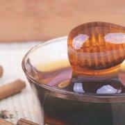 遵循阿育吠陀醫學的人認為,蜂蜜能防止香草帶來的惡性副作用。阿育吠陀醫學本身亦會考量蜂蜜的年份。根據此古老智慧所示,新鮮蜂蜜較補;而年份較久的蜂蜜,含較好的天然去濕能力,可用於淨化與解毒的需求。傳統印度醫學認為,用具有療效的植物製成的單品種蜂蜜(varietal honeys,採收自單一植物的花蜜),可採用與植物本身相同的應用方式。由此可見,蜂蜜中含有原生植物內的植物性化合物。事實上,研究顯示任何的蜂蜜成分,皆含有4%植物性化合物可於原生植物組織內找到。