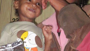 Ruzya con su madre Abusha. Iñaki Alegria. Etiopía. Niños. Desnutrición. Marasmo