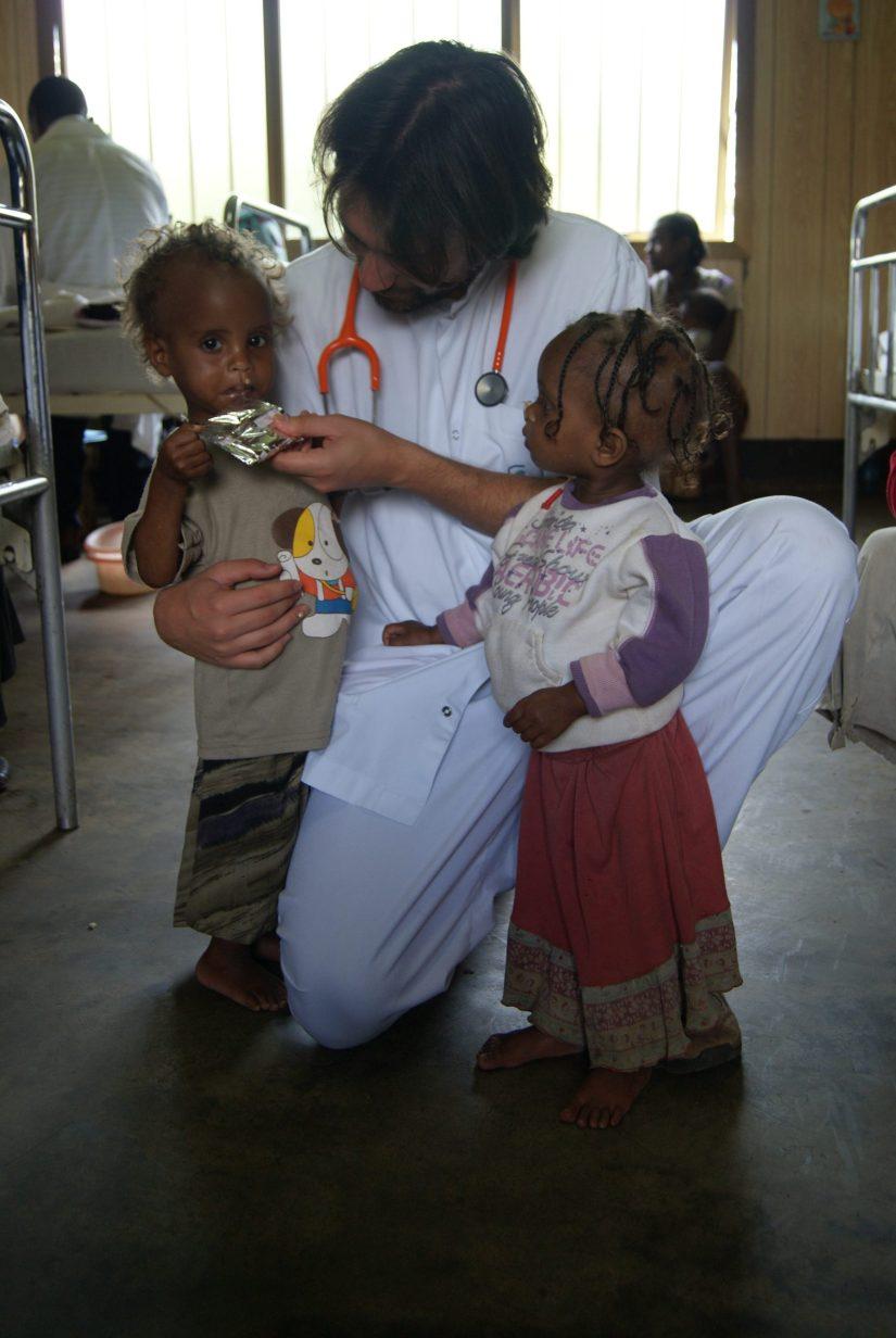 Alimentando a Ruziya. Iñaki Alegria. Etiopía. Niños. Desnutrición. Marasmo
