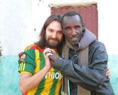 Gambo: El pueblo de la alegría, abrazando las personas con lepra