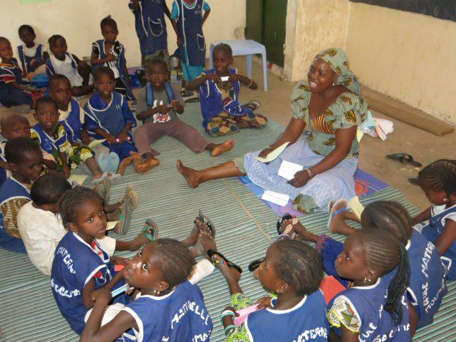 Ir a la escuela llena de vida y Alegría al pequeño Alassane africa dr alegria