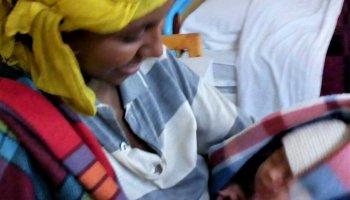 Jamila junto a su madre, dos supervivientes piel con piel africa alegria gambo alegria sin fronteras