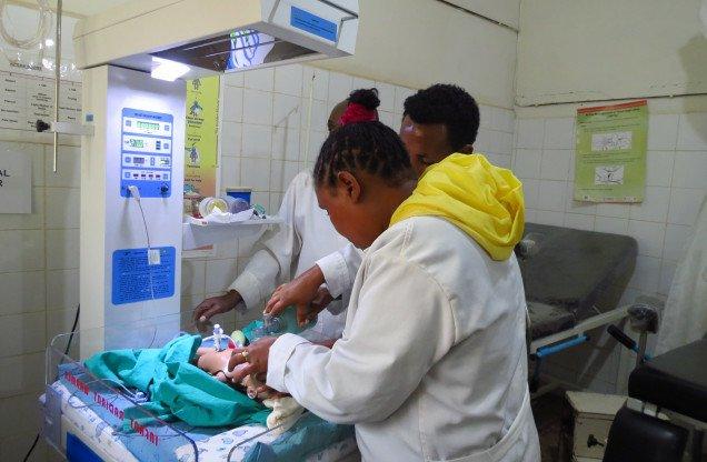 En el día mundial de la salud Rendimos homenaje a las auténticas heroínas que salvan vidas cada día : las matronas africa