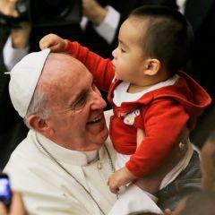 photo-Pape-Francois-bebe-vole-la-coiffe.jpg