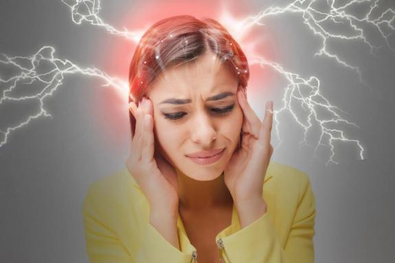 woman-experiencing-migraine