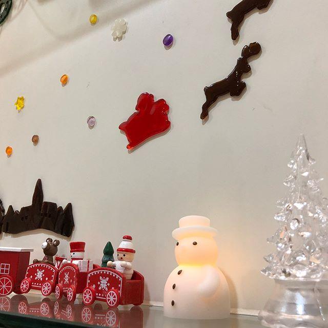お店がXmas仕様になりました️ . .  シャンプー台の横にあるクリスマスツリーはとても可愛いです♂️♂️ 良かったらお店に遊びにきてくださーい