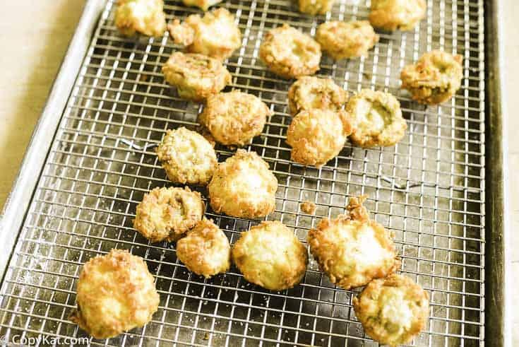 drenar champiñones fritos frescos sobre una rejilla