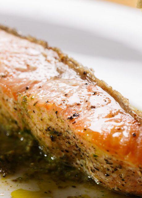 Salmón asado al horno con pesto y cebolla