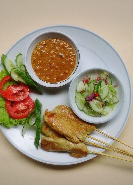 Satay de Pollo tailandés con salsa y ensalada