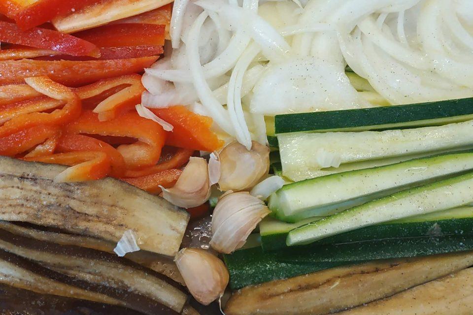 Preparacion de una scalivada , verduras asdas al horno con una viagreta de ajo asado.