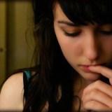 【癖&仕草】口・唇・顎など無意識に顔周りを触る女性&男性心理は?