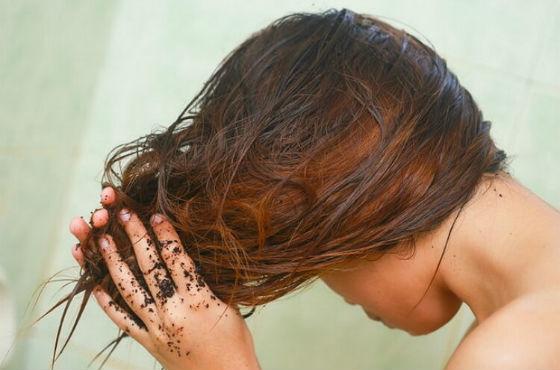 Скрабирование кожи головы спитым кофе