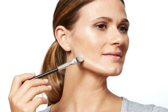 В мерцающем макияже важную роль играет высветление и затемнение участков лица