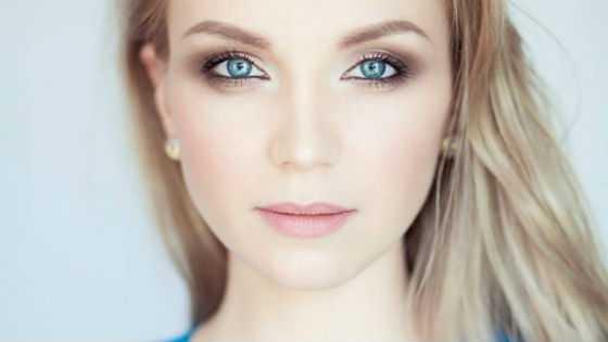 Блондинки с небольшими глазами используют подводку для увеличения