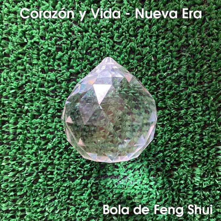 Las bolas de Feng Shui son un elemento muy popular en la cultura oriental, ya que son utilizadas para regular los desequilibrios del Chi. Suelen colgarse en habitaciones donde la energía no fluye correctamente, activando allí donde el chi está bloqueado y ralentizando allí donde va demasiado rápido. De esta manera se consigue equilibrar la energía del hogar y crear un ambiente relajado y armonioso.  Las bolas de Feng Shui son bolas que han sido talladas y facetadas en 20 caras creando así un icosaedro, una de las formas geométricas de la geometría sagrada. Están hechas de cristal, no de vidrio, ya que el plomo es el responsable de que al atravesar la luz se puedan observar pequeños arco iris reflejados en la pared.