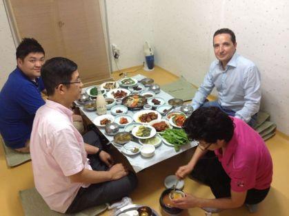 Con el profesor Hyun, de la Universidad de Suncheon y sus colaboradores en un almuerzo de trabajo