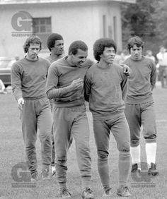 FUTEBOL - LUÍS PEREIRA - ESPORTES - ACERVO - Luís Pereira(C) e Jairzinho(D), jogadores da Seleção Brasileira, e o goleiro Leão(E), antes do treino preparatório para a partida de estréia contra a Iugoslávia, válida pela Copa do Mundo de 1974, na Alemanha - Centro de Treinamento - Frankfurt - Alemanha - 05-06-1974 - Foto: Acervo/Gazeta Press