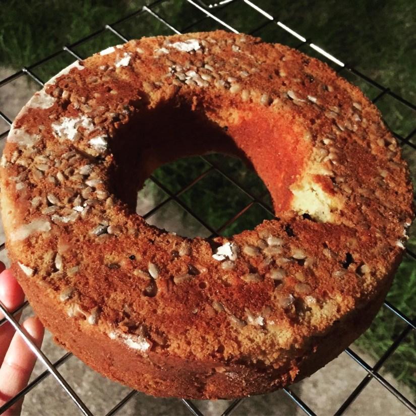 Torta con semillas de sésamo en la base.