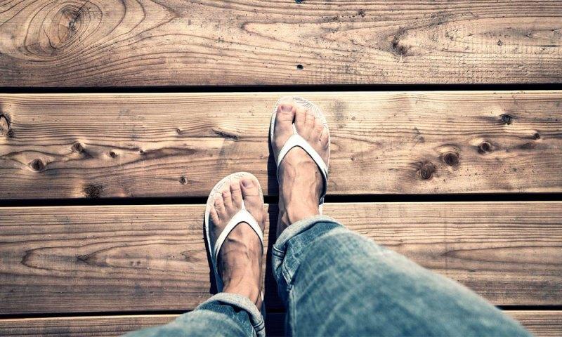 Jangan Berjalan Dengan Satu Sandal/ Sepatu