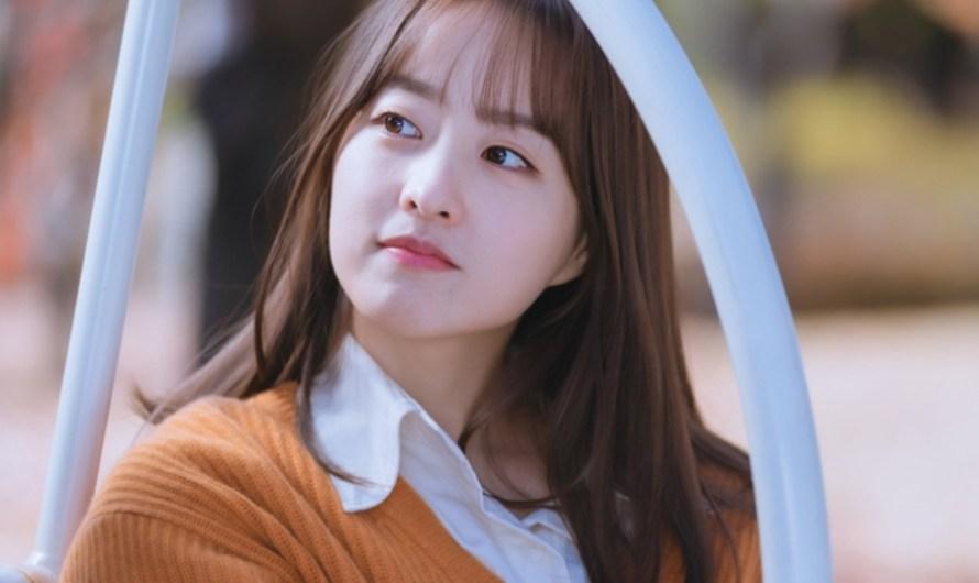 """Park Bo Young exala doce calor ao se transformar em editora do próximo drama """"Doom At Your Service"""""""