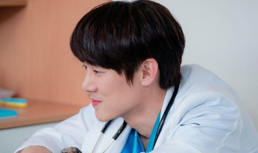 Yoo Yeon Seok é tão doce e atencioso como sempre ao tratar pacientes em 'Hospital Playlist 2'