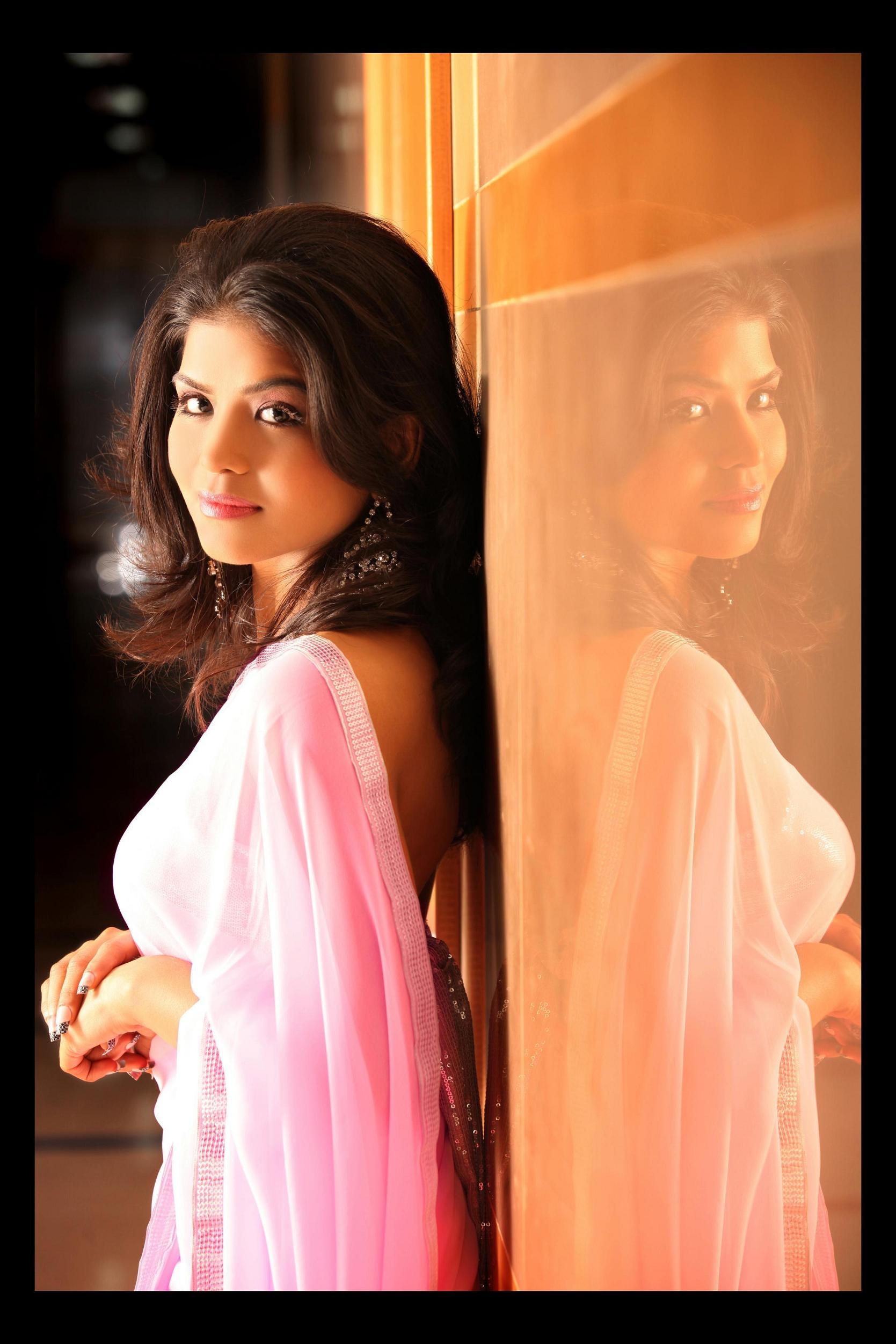 Actress-artiste Rashmi Pitre To Showcase Paintings At