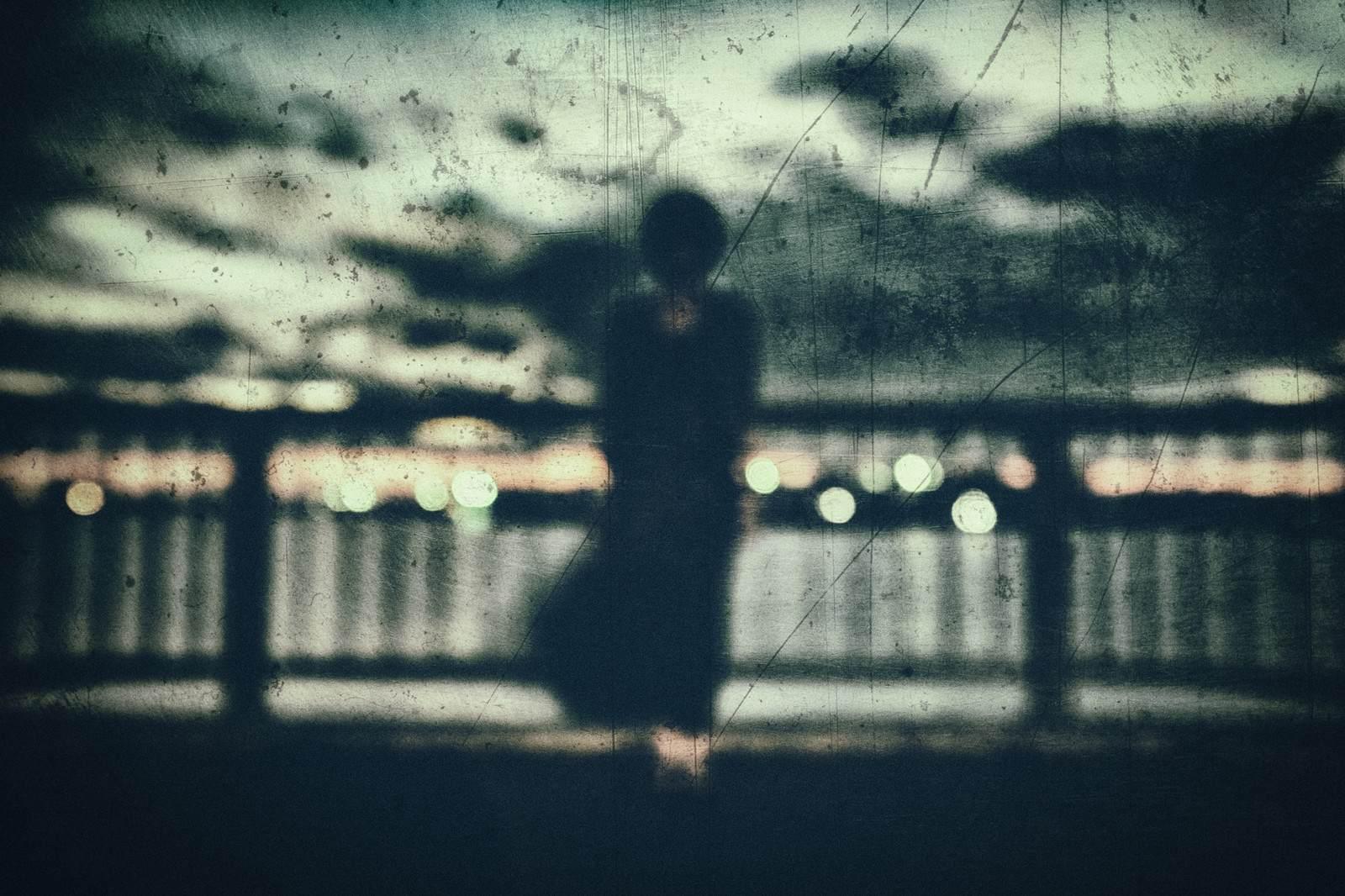 有名な怖い話『屋上で手を振ってる』|都市伝説・洒落怖・ほん怖