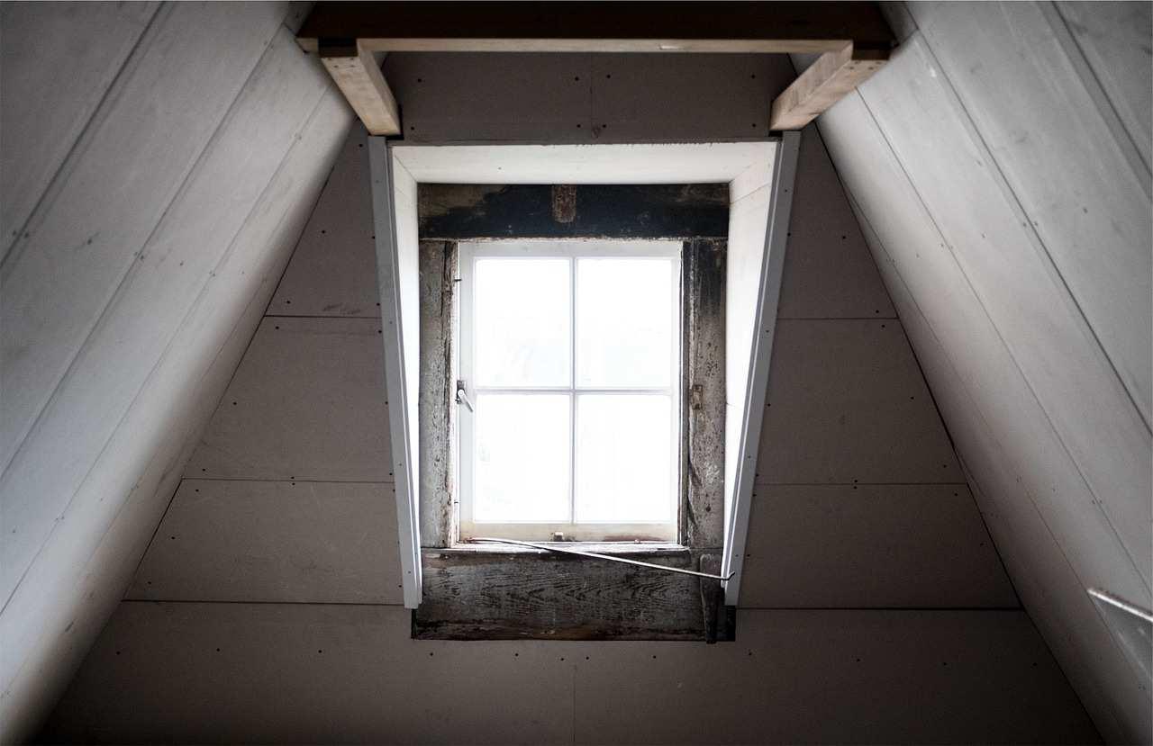 『屋根裏でニヤニヤと笑っている』 【狂気】人間の本当にあった怖い話