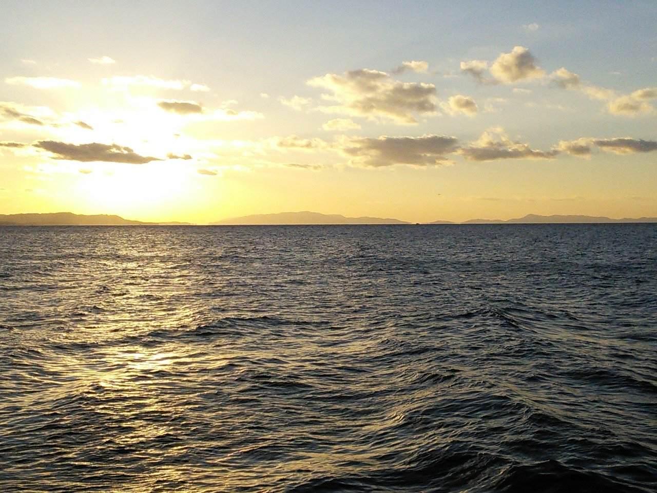海にまつわる怖い話『水葬』|洒落怖・海の怪談
