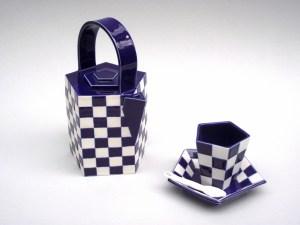 thee servies, porseleinen unica opgebouwd uit platen, geometrisch van vorm en decoratie