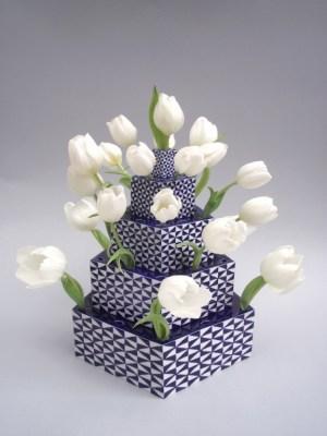 tulpentoren, porseleinen unica opgebouwd uit platen, geometrisch van vorm en decoratie