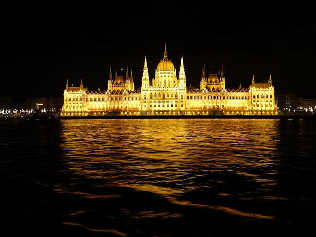 Budapesta la Dunăre: cu tramvaiul, la pas și în croazieră