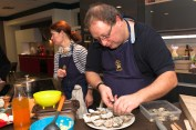Arnaud dresse les huîtres pochées.