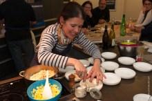 Nathalie BEAUVAIS dresse les Noix de Saint-jacques sautées sa fondue de panais à la vanille et sa vinaigrette à l'ananas.