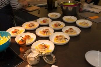 Noix de Saint-Jacques sautées, sa fondue de panais à la vanille et sa vinaigrette à l'ananas.