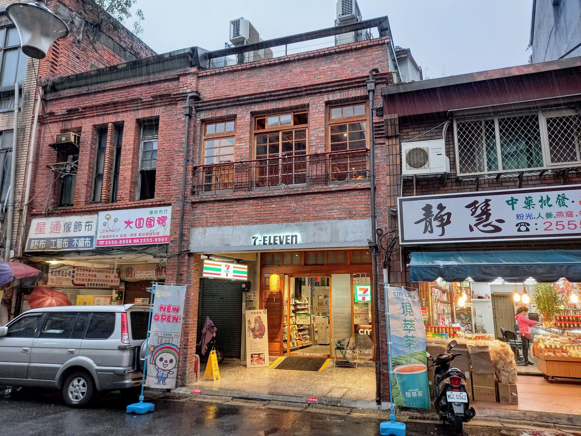 And of course they have the cutest 7-11 at Dihua St., Dadaocheng 大稻埕