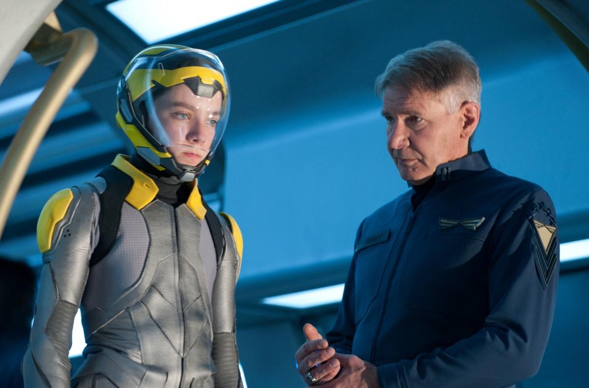 Asa Butterfield és Harrison Ford a filmfeldolgozásban