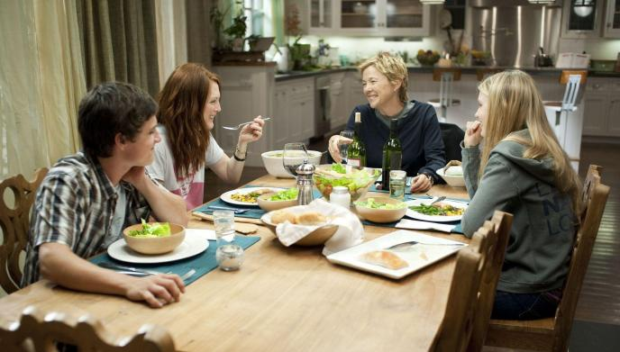 still-of-julianne-moore,-annette-bening,-josh-hutcherson-and-mia-wasikowska-in-the-kids-are-all-right-(2010)-large-picture