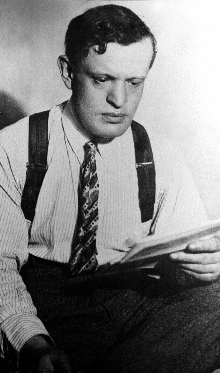 Budapest, 1987. június 24. Karinthy Frigyes író, költõ, mûfordító, kritikus, a XX. századi humorisztikus irodalom egyik megteremtõje, ingujjban olvas. (1887. június 24-én született Budapesten. Meghalt 1938. augusztus 29-én Siófokon.) MTI Fotó: reprodukció