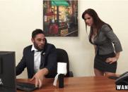 Secretária Gostosa Flagrou o Patrão na Punheta e deu a perseguida para ele