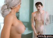 Loira safada Sexy Invadiu o Banheiro para tirar a virgindade do rapaz que não tem nem experiência de beijar na boca
