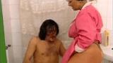 Sogra Velha Tesuda Invadindo o banheiro para Provocar o seu Genro