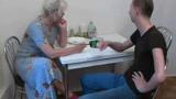 Vovó Rabuda Carente deu um jeito de tirar a Virgindade do Neto Tímido